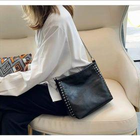 Túi đeo chéo màu đen bản to đính đinh da bóng mền giá sỉ giá sỉ